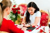 Woman in a nail salon receiving — Stock Photo
