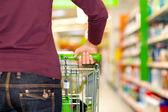 Masculino cliente em supermercadogarota abraçar uma árvore e — Foto Stock