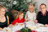 Famiglia mangiando un produttor — Foto Stock