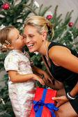 Giovane ragazza dà un regalo a lei — Foto Stock
