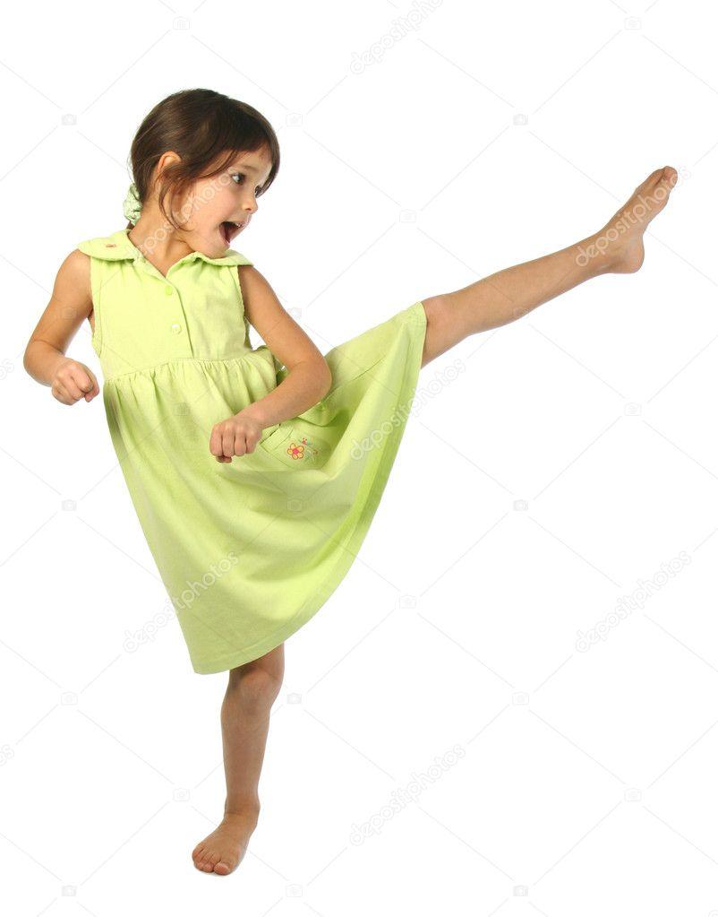 Coup de pied entre les jambes de filles sur le forum