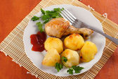 Roasted chicken leg with potatoes — Stock Photo