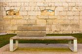 Banco de madeira em um castelo de pedra — Foto Stock