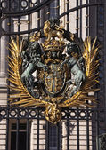 Coat of arms in Bukingham Palace — Stock Photo