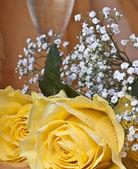 Gelbe rose und glas wein — Stockfoto