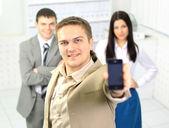 オフィスの廊下内モバイル立って話している青年実業家. — ストック写真