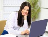 красивый бизнес женщина с компьютера в офисе — Стоковое фото