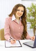 Den vackra affärskvinna på kontor — Stockfoto