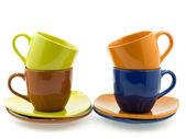 Четыре чашки с блюдцами различных цветов — Стоковое фото