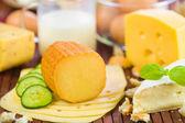 Espécie de pedaços de queijo, fatiada de pepino, leite. — Foto Stock