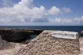 Podepsat na přírodní most na curacao — Stock fotografie