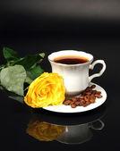 Káva a žluté růže — Stock fotografie