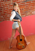 Blond with guitar — Fotografia Stock