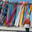 Bunte Tcher und Schals am Strand mit Kind - Stockfoto