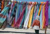 Bunte Tücher und Schals am Strand mit Kind — Stock Photo