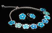 A blue necklace with flowers — Stock Photo