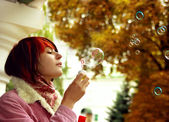 A girl is in an autumn park — Stock Photo