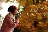 Una chica está en un parque de otoño — Foto de Stock