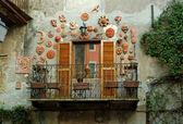 Balcony with ceramics masks in Italy — Stock Photo