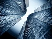 Edificio de oficinas en un fondo de cielo azul — Foto de Stock