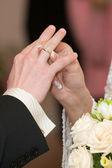 Ride dresses bridegroom a ring — Stock Photo