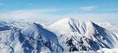 青い空は雲の上の山 — ストック写真