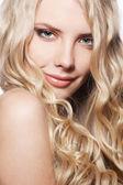 Uzun kıvırcık saçlı gülen kadın — Stok fotoğraf