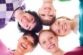Skupina happy mladých v kruhu — Stock fotografie