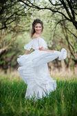 Hermosa joven vestida de blanco — Foto de Stock
