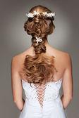 Bel taglio di capelli con piccoli fiori — Foto Stock