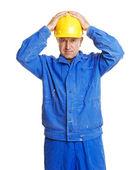 Lavoratore con le mani sul suo casco — Foto Stock