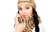 スマイリー若い女性の帽子とスカーフ — ストック写真