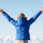 Découvre par derrière sur une femme heureuse contre le ciel et les montagnes — Photo