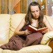Woman reading novel - Stockfoto