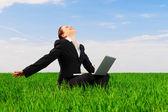 Mujer feliz con el ordenador portátil — Foto de Stock