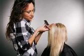 Kapper werken met blonde — Stockfoto