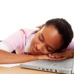 klavye üzerinde uyuyan güzel öğrenci — Stok fotoğraf
