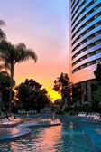 Pool und Resort bei Sonnenuntergang — Stockfoto