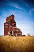 Prairie grain elevator sur le paysage canadien — Photo
