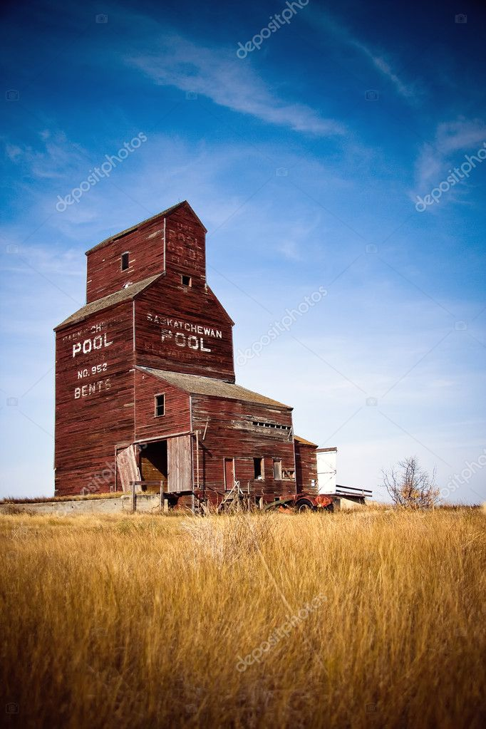 Prairie grain elevators have been a vital part of the western Canadian economy, landscape and culture — Stock Photo #5132582