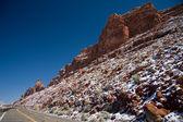 снежные горы вдоль шоссе — Стоковое фото
