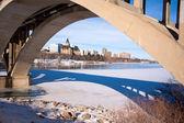 мост обрамление города саскатун — Стоковое фото