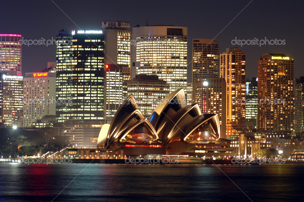View of the Sydney Opera House with the city behind at dusk — Foto de Stock   #5254555