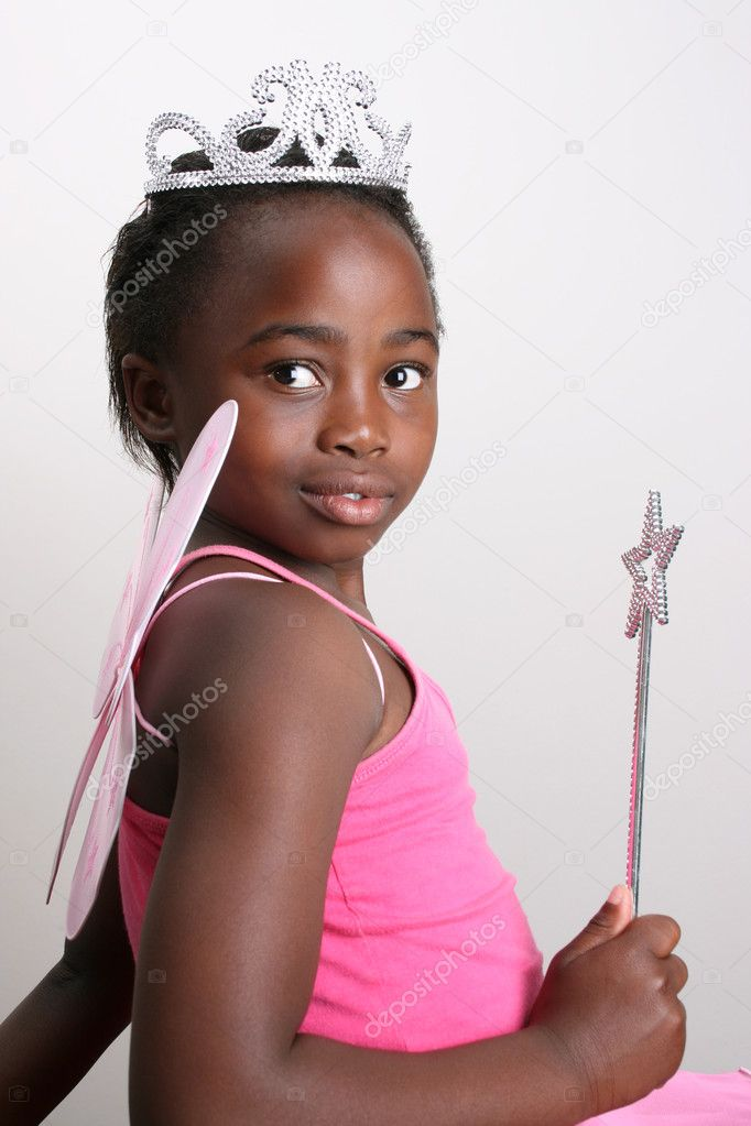 Flicka klädd i en babyblöja