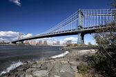 The New York City skyline w Manhattan Bridge — Stock Photo
