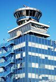 Wieża kontrolna ruchu powietrza w Lotnisko Praga-Ruzyně. — Zdjęcie stockowe