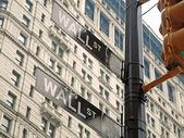 Уолл-стрит знаки в Нью-Йорке крупным планом — Стоковое фото