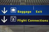 Airport riktning flyg anslutning, bagage och exit tecken — Stockfoto