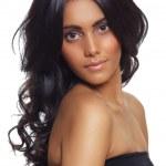 bella donna con i capelli ricci lunghi neri — Foto Stock