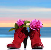 Red woman shoes whit flowers — Stock Photo
